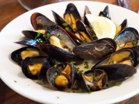 Mussels grilled with lemon oil sauce